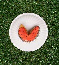 Esst ihr auch so gerne Melonen wie wir ? Unser kleiner Glückscookie zaubert doch gleich ein sommerliches Lächeln aufs Gesicht. Elmo, Cake Pops, Sugar, Cookies, Desserts, Food, Personalized Fortune Cookies, Fortune Cookie, Celebrations