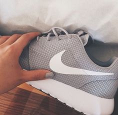 2014 cheap nike shoes for sale info collection off big discount.New nike roshe run,lebron james shoes,authentic jordans and nike foamposites 2014 online. Nike Free Shoes, Nike Shoes Outlet, Running Shoes Nike, Running Sneakers, Baskets, Nike Free Runners, Site Nike, Nike Roshe Run, Discount Nikes