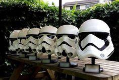 Leo Berghuis, qui détient une collection Star Wars assez impressionnante, a récemment posté une photo des différents casques des Stormtroopers à travers les films de 1977 à aujourd'hui.