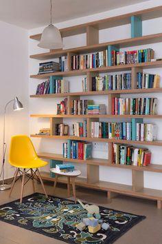 """בספרייה שולבו עץ ''סנדוויץ'"""", פורמייקה ומחיצות צבועות בטורקיז. לרגליה שטיח בגוונים משתנים של כחול ( צילום: שי אפשטיין )"""