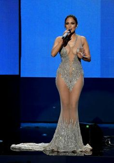 Jennifer Lopez was the host for the 2015 American Music Awards – and in true JLo fashion, she killed it with each and every outfit she wore. Jennifer Lopez Diet, Jennifer Lopez Fotos, Jennifer Lopez Red Carpet, Jennifer Looez, American Music Awards 2015, Actrices Sexy, Red Carpet Dresses, Celebs, Celebrities