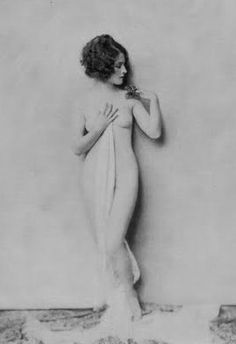 This is one of a famous series of nude and semi-nude photographs of Canadian actress and 1931 Oscar winner Norma Shearer taken early in her career by acclaimed portraitist Alfred Cheney Johnston (ca. Burlesque Vintage, Belle Epoque, Norma Shearer, Photos Du, Old Photos, Vintage Photos, Vintage Hollywood, Classic Hollywood, Adrienne Ames