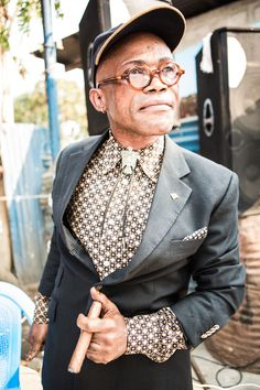"""I dandy del Congo - """"Il sapeur è sempre in posa da red carpet perché è così che la sua immagina grida a gran voce il proprio diritto all'identità"""". (Gloria Denti)"""