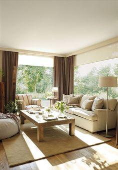 00313865. Salón en tonos claros con cortinas marrones y ventanales al jardín_00313865