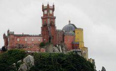 O colorido Palácio da Pena foi erguido no topo da Serra de Sintra, a 500 metros de altitude no século 19
