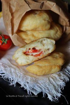 Bombe di patate fritte ricetta soffice e gustosa.Un impasto fatto con patate lesse delizioso,utilizzate questo impasto come base per un ottima focaccia