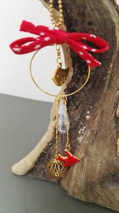 Collier composée d'une chaîne boules dorée + un pendentif rond avec 4 breloques montées avec de la chaîne dorée fantaisie - longueurs différentes. Finition réalisée avec  - 18025772