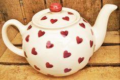 """Théière """"Queen of Heart"""", alias """"Reine de Coeur"""", en référence à Alice au Pays des Merveilles, en faïence blanc cassé à coeurs rouges, créée par Peregrine Pottery en Angleterre, vendue sur esprit-british.com"""