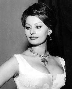 Bien puesta Sophia Loren.