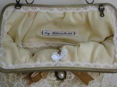 The pretty inside of a frame purse. Bolso vintage de boquilla hecho a mano. www.lolitasala.es Detalle del remate interior.