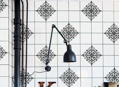Descubre un amplio repertorio de ideas para decorar las paredes de tu cocina o de tu cuarto de baño con vinilos para azulejos.