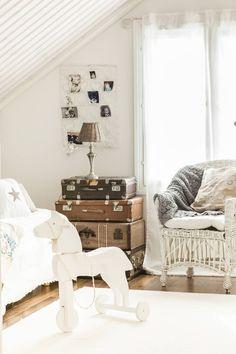 Yläkerran vierashuoneessa komeilee Sarin veljen tekemä puuhevonen. Matkalaukut on kerätty kirpputoreilta vuosien varrella. Myös korituoli on kirpputorilta, kuten tilkkutorkkupeitekin. Tähtityynyt ovat Green Gaten. Matto on Ikeasta ja valaisin Rivièra Maisonista. Korttiteline on saatu lahjaksi.