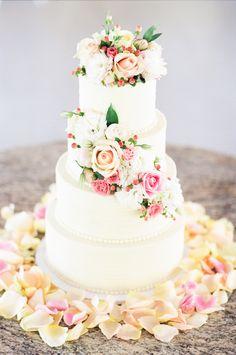 #Hochzeitstorte #Torte #lecker #Hamburg  Photography: White Rabbit Studios | Flowers: Sacred Stone | Cake: Slice At A Time