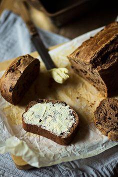 Ontbijtkoek 2 eieren 4 el honing 1 tl vanille-extract 200 ml melk 250 gram volkoren (spelt)meel 2 tl bakpoeder 3 tl koekkruiden 1 tl kaneel snufje zout 2 el olie (zonnebloemolie of kokosolie) 40 gram rozijnen