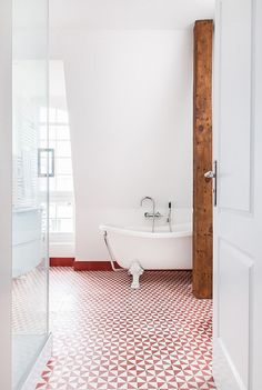Red enlivens the traditional bathroom - Decoist