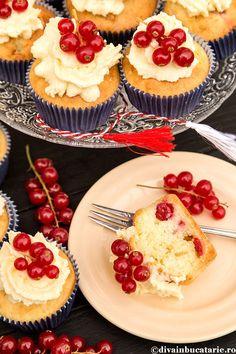 CUPCAKES CU CIOCOLATA ALBA SI COACAZE ROSII   Diva in bucatarie Cheesecake, Food And Drink, Cupcakes, Desserts, Tailgate Desserts, Cupcake Cakes, Deserts, Cheesecakes, Postres