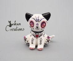 Hey, diesen tollen Etsy-Artikel fand ich bei https://www.etsy.com/de/listing/496313127/red-sugarskull-sculpture-kitty-cat