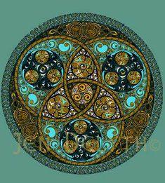 El Triskelion es la forma de triángulo triple del destino - tres toques, como se decía, Invocaban los tres destinos en varias tradiciones antiguas. En todas partes de la mitología celta y cuentos populares, Diosas celtas aparecen en la forma triple, La Gran Madre de Tierra era la Diosa Triple que representa sus tres aspectos, Doncella, Madre y Arpía. Las espirales son el diseño de la naturaleza, de nuestro Universo.