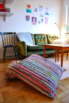 Floor cushions are a perfect accent to any room in a home. Floor cushions are frequently used as footrests or for extra seating. Fabric Rug, Vintage Sofa, Diy Flooring, Diy Décoration, Diy Pillows, Boho Pillows, Throw Pillows, Floor Cushions, Large Floor Pillows