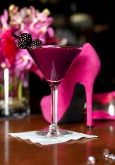 Stiletto Cocktail Recipe ~ made with gin, lime, sugar syrup, blackberries and ginger ale. Love the color!