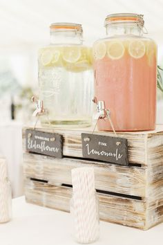 Lemonade for wedding party guests on pallet box Photography by Rachel Rose PhotographerWil je graag styling advies, kom dan kijken op de website www.littledeer.nl #zomer #kleurrijk #bloemen