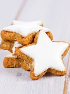 Zimtsterne - diesen vorweihnachtlichen Klassiker hat schon Oma gebacken. Eine Prise Zimt und ein Hauch Mandelaroma machen die süßen