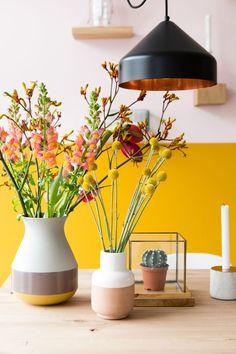 In de keuken kreeg de intense kleur Verguld een verfijnde tegenhanger in onze licht roze Poëtisch.