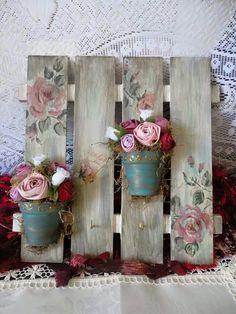 Arranjo de parrde com vasinhos de rosas