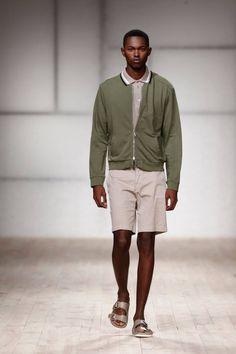 Inspirado en la necesidad de sentirse seguro y confortable en su misma piel, Ricardo Preto presenta su colección Spring-Summer 2017 e...