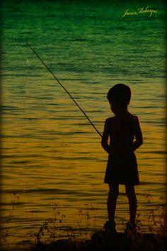 No conozco a este niño, el tampoco me conoce, nunca nos conoceremos pero dejó en mi este bello recuerdo de su silueta sobre el agua iluminada.