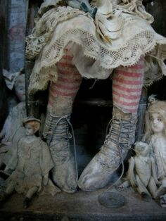 Shabby, your Halloween characters. Using white and yellow chalk for dust and spiderwebs, and add red for rusty dust and brown for graveyards including fences. Maurice Careme, Shabby, Bild Tattoos, Dark Circus, Vintage Dolls, Vintage Lace, Vintage Circus, Vintage Shoes, Antique Dolls