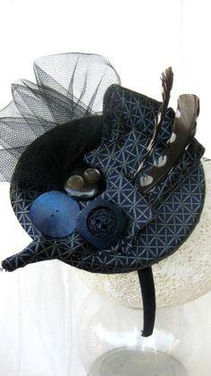 Piume, tulle, bottoni vintage e seta per un grazioso cocktail hat realizzato a mano in pezzo unico per la linea tessiledi ResinUp, collezione Memories. Giocato sui toni del blu è reso frizzante da…