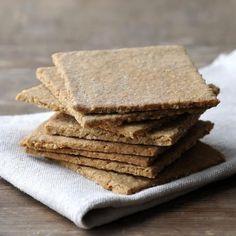 Κάθε φορά που νιώθουμε μια λιγούρα, θα θέλαμε να είχαμε δίπλα μας ένα γευστικό σνακ. Ιδανικά, θα θέλαμε να είναι ελαφρύ και υγιεινό, ώστε να μην παίρνουμε περιττές θερμίδες.  | TASTE | BOVARY | Συνταγή, μπισκότα, Σκωτια, ΒΡΩΜΗ Yummy Snacks, Yummy Treats, Healthy Snacks, Prince Charles Et Camilla, Brunch Recipes, Breakfast Recipes, Scottish Oat Cakes, British Cheese, Royal Recipe