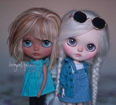 """""""We are not sure if we are sisters, but we are convinced we make a great team"""" • """"No estamos seguras si somos hermanas, pero estamos convencidas que hacemos un gran equipo"""" . #babycatfacedollies #suedolls #babycatface #blythe"""