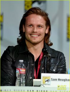 Outlander's Sam Heughan Rocks a Kilt at Comic-Con with Caitriona Balfe! | outlander sam heughan catriona balfe comic con 01 - Photo