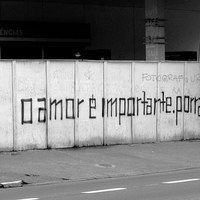 Não existe amor em SP, é assim que começa a principal obra do raper Criolo Doido, em uma canção que põe em discussão a carência do ser paulistano, esse artista coloca nas rádios uma música melancólica, mas que conta a história de uma época na cidade de São Paulo, a época de hoje. Puxa uma cadeira que o assunto agora é Criolo e a inexistência do amor em SP...