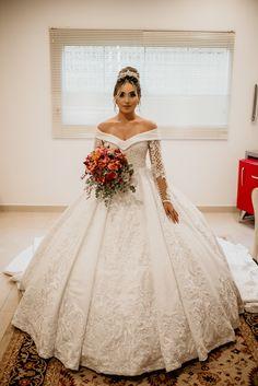 Vestido de noiva princesa, rodado, ombro a ombro, pregas macho Wedding Dress Silhouette, Popular Wedding Dresses, Church Wedding, Most Romantic, Ball Gowns, Dream Wedding, Marriage, Bride, Princess