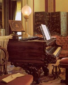 Music room at Grimmauld place when its partially cleared out - contains harp, piano and cello. Piano was brought in the and later it was hexed to smash down if a note was played wrong. Victorian Life, Victorian Cottage, Victorian Decor, Victorian Homes, Victorian Interiors, Victorian Furniture, Antique Furniture, Decoration Entree, Studio Living