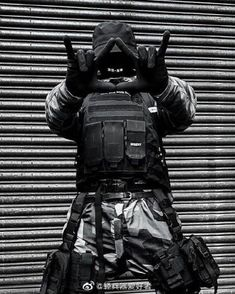 tactical equipments make you feel wild ,cool and mysterious Mode Cyberpunk, Cyberpunk Clothes, Cyberpunk Fashion, Urban Style Outfits, Cool Outfits, Dark Fashion, Urban Fashion, Zombie Apocalypse Outfit, Tactical Wear