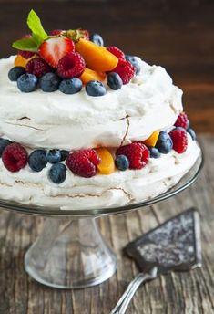 Pavlova torta s lahodným krémom a ovocím Best Cookie Recipes, Sweet Recipes, Cake Recipes, Food Fantasy, Pavlova, Sweet Desserts, Food Design, Gluten Free Recipes, Nutella
