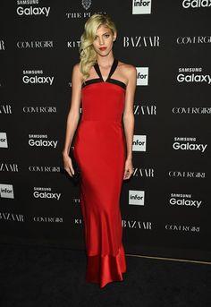 Pin for Later: Les 17 Plus Beaux Looks de la Soirée de Clôture de la Fashion Week de New York Devon Windsor Le mannequin a opté pour une robe rouge et noire à dos nu.