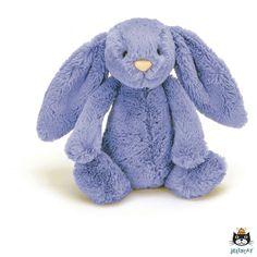 Geef Bashful blue bunny een dikke knuffel en voel zijn zachte vacht. Deze Jellycat knuffel heeft enorme flaporen. Hij zal graag zitten waar hij wordt geplaatst, de onderkant van het lijfje is gevuld met korreltjes.