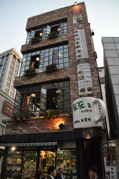 Coffee shop in Insadong, Seoul (source) pekne tehly!