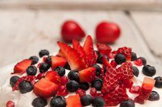 Habkönnyű pavlova a szerelmesek napjára | NOSALTY – receptek képekkel Fruit Salad, Raspberry, Food, Fruit Salads, Essen, Meals, Raspberries, Yemek, Eten