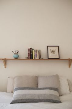 When the best color choice is white – Design*Sponge Shelf Over Bed, Bed Shelves, Serene Bedroom, Interior Design Work, Space Interiors, Indian Home Decor, Decorating Small Spaces, Cheap Home Decor, Diy Bedroom Decor