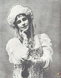 1937 г.Примабалерина Матильда Кшесинская в кокошнике и сарафане работы харьковчанки Варвары Каринской,сшитых для её прощального выступления в Ковент Гардене(Лондон)с труппой Русского балета Полковника де Базиля.