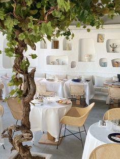 Decoration Restaurant, Deco Restaurant, Restaurant Design, Restaurant Table Setting, Restaurant Plates, Rustic Restaurant, Banquettes, Parisian Cafe, Big Design