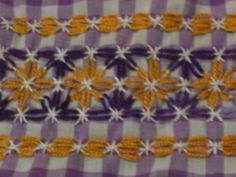 Discover thousands of images about Broderie Suisse, Chicken scratch, Swiss embroidery, Bordado espanol, Stof veranderen. Hand Embroidery Patterns, Embroidery Stitches, Embroidery Designs, Chicken Scratch Embroidery, Types Of Stitches, Gingham Fabric, Bargello, Filet Crochet, Blackwork