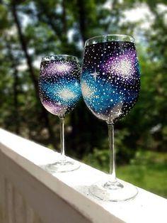 Diy Wine Glasses, Decorated Wine Glasses, Hand Painted Wine Glasses, Wine Glass Crafts, Wine Bottle Crafts, Wine Bottles, Bottle Painting, Bottle Art, Verre A Vin Design