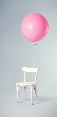 Chair, tied, floating and minimalist HD photo by Florian Klauer ( on Unsplash Minimalist Photos, Minimalist Photography, Reproduction Photo, White Wooden Chairs, Simplicity Photography, Grand Art, Chair Pictures, Pink Balloons, Still Life